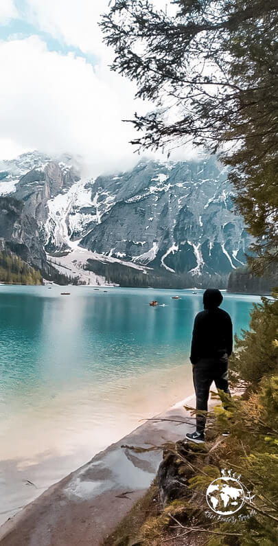 Vince devant le lac