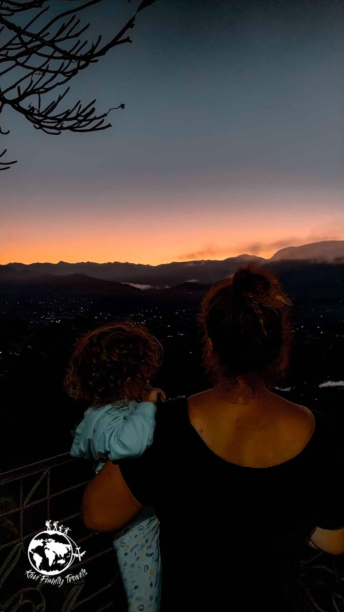 Mélo et Théa devant le lever de soleil