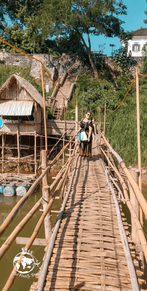 Mélo et Théa sur le pont suspendu